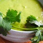 Crémeuse soupe froide avocat, coriandre et matcha