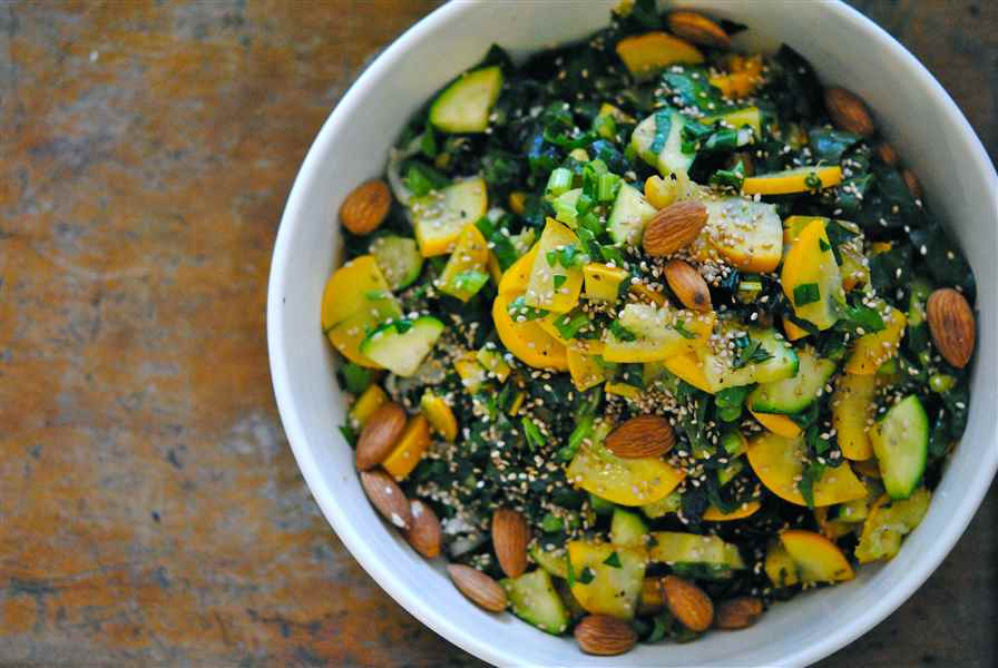 Pâtes d'été à la courgette, bette à carde, persil, thym frais et citron