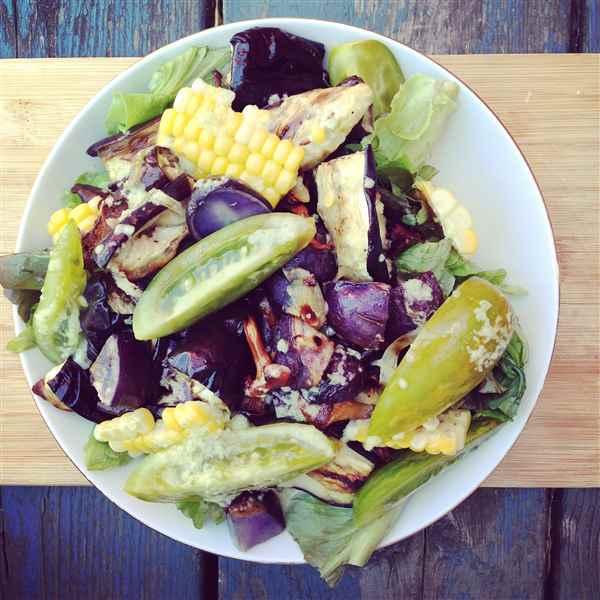 Salade d'aubergines, patates, girolles, maïs et tomates, sauce jalapeno