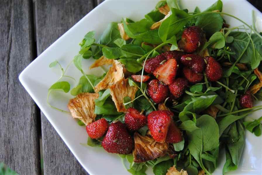 Salade de fraises, basilic, fenouil et ananas