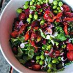 Salade de fraises, petits pois et betteraves