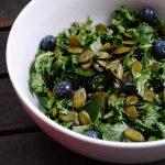 Salade de kale, bleuets, lime et érable