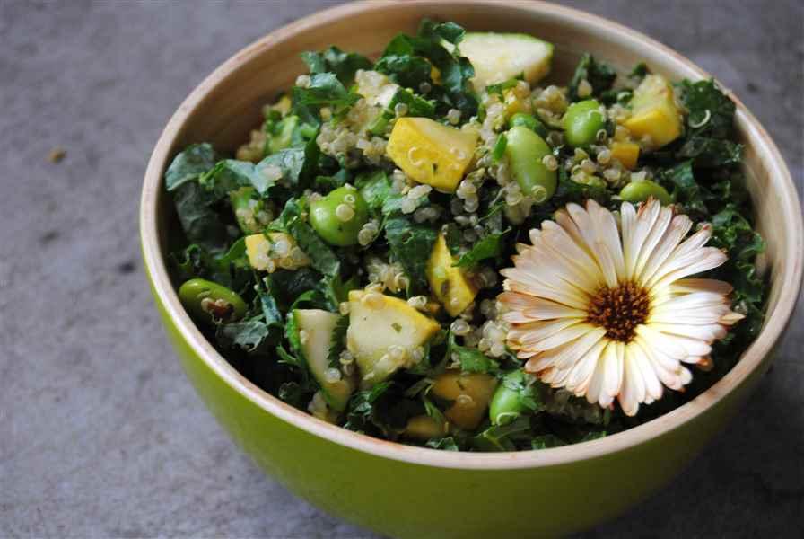 Salade repas de quinoa, édamames, courgettes, kale et basilic