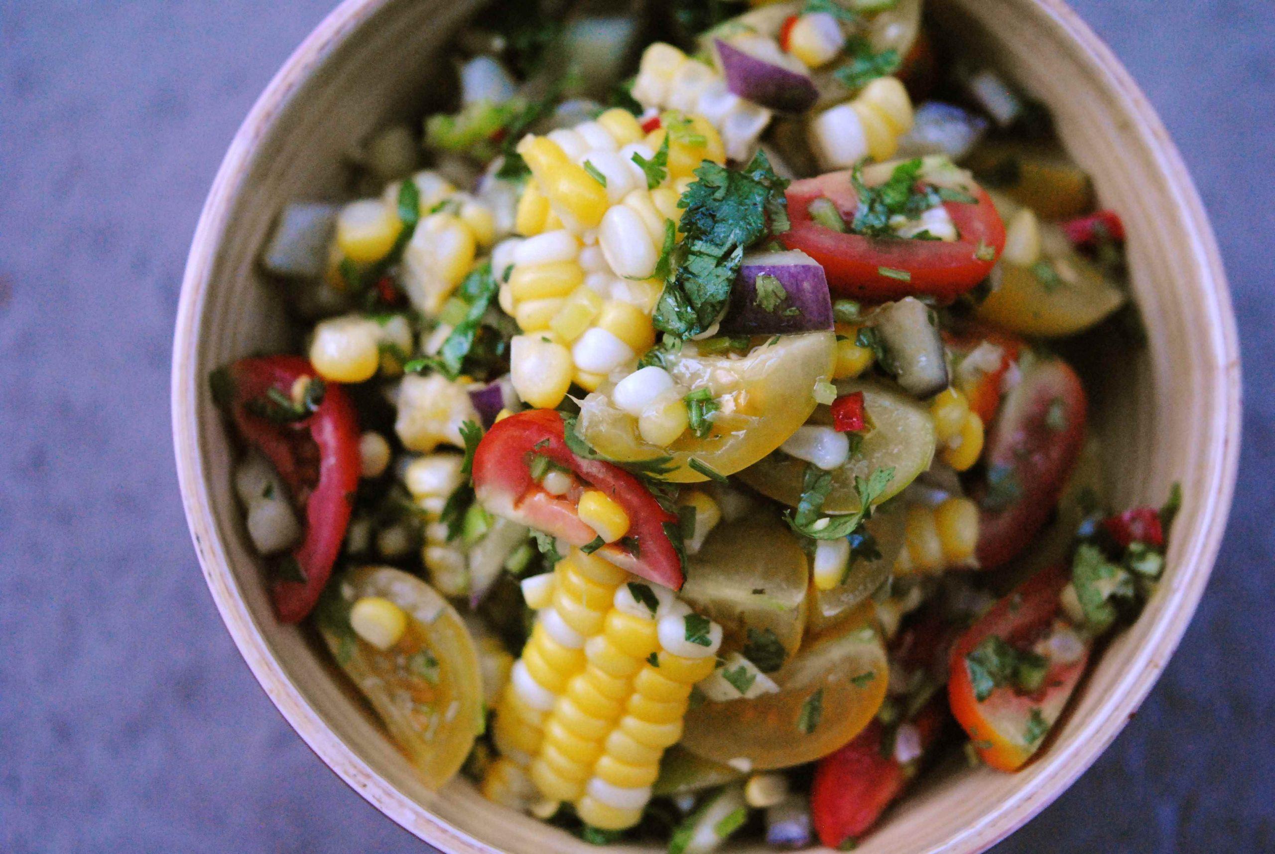 Salade de maïs bio, tomates et kale sauce piquante lime et coriandre