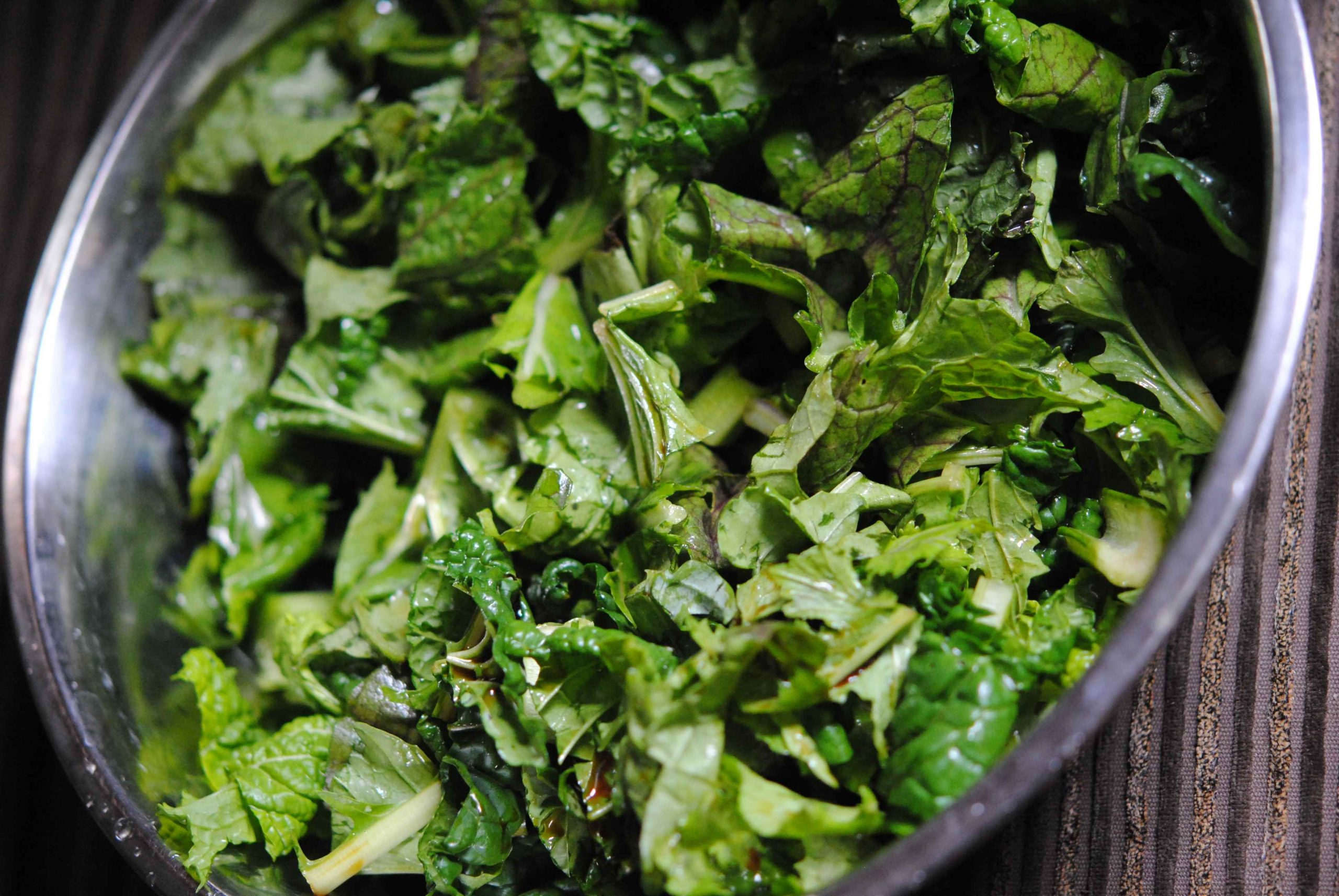 Sauté d'aubergines sur soba aux légumes feuilles, sauce miso, tahini, tomate