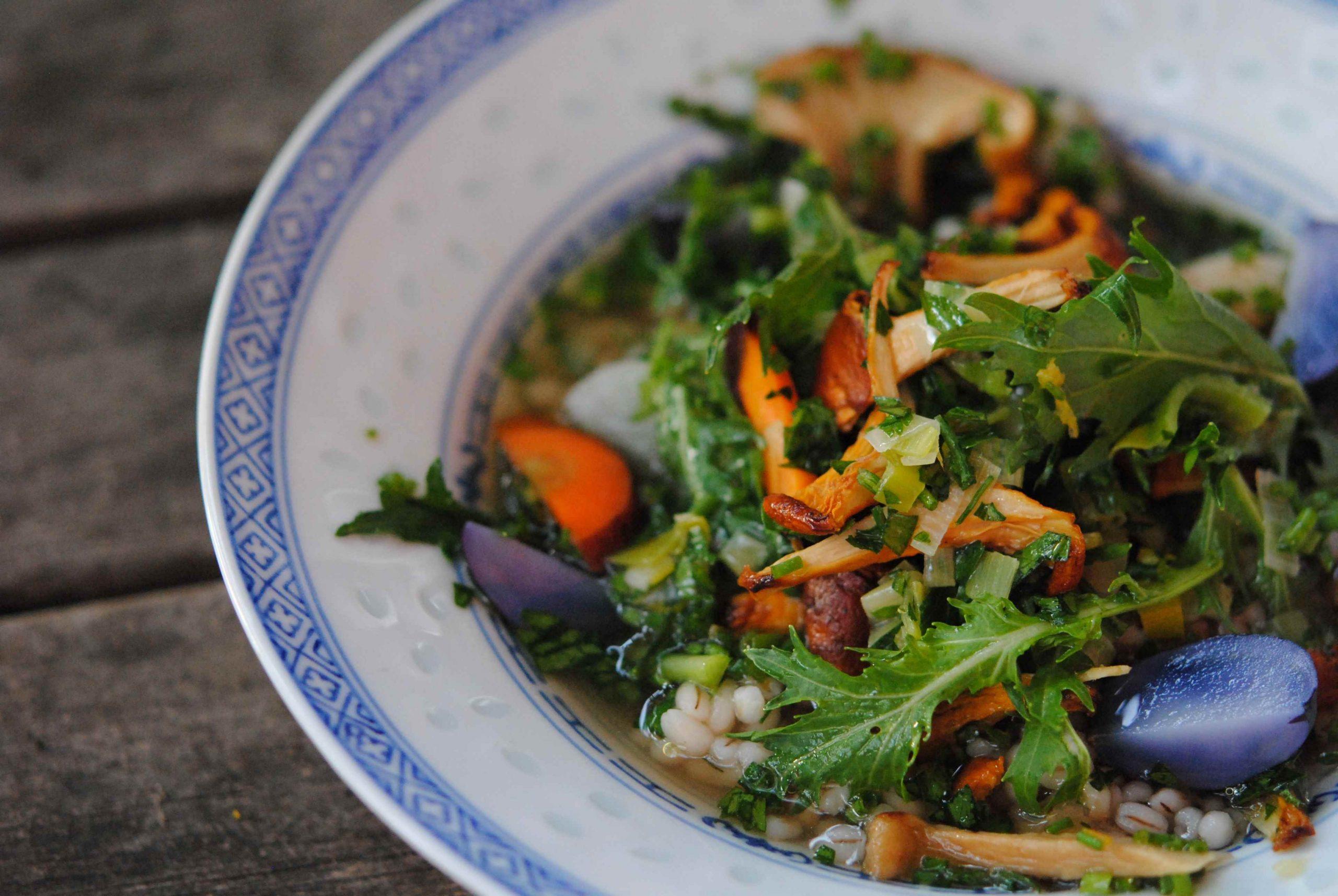 Soupe de légumes racines, poêlée de girolles et mizuna