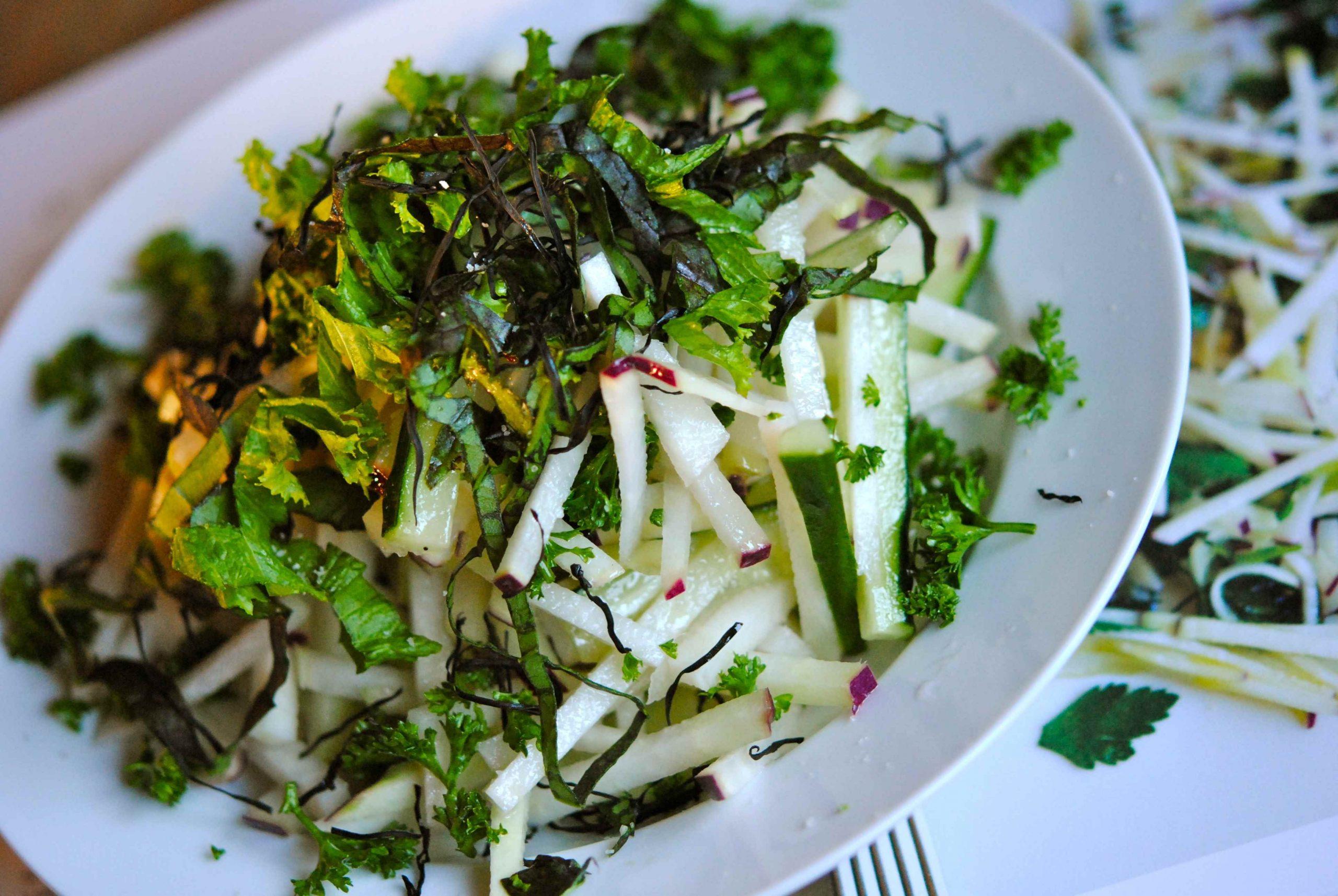 Salade de chou-rave, moutarde, persil et algue
