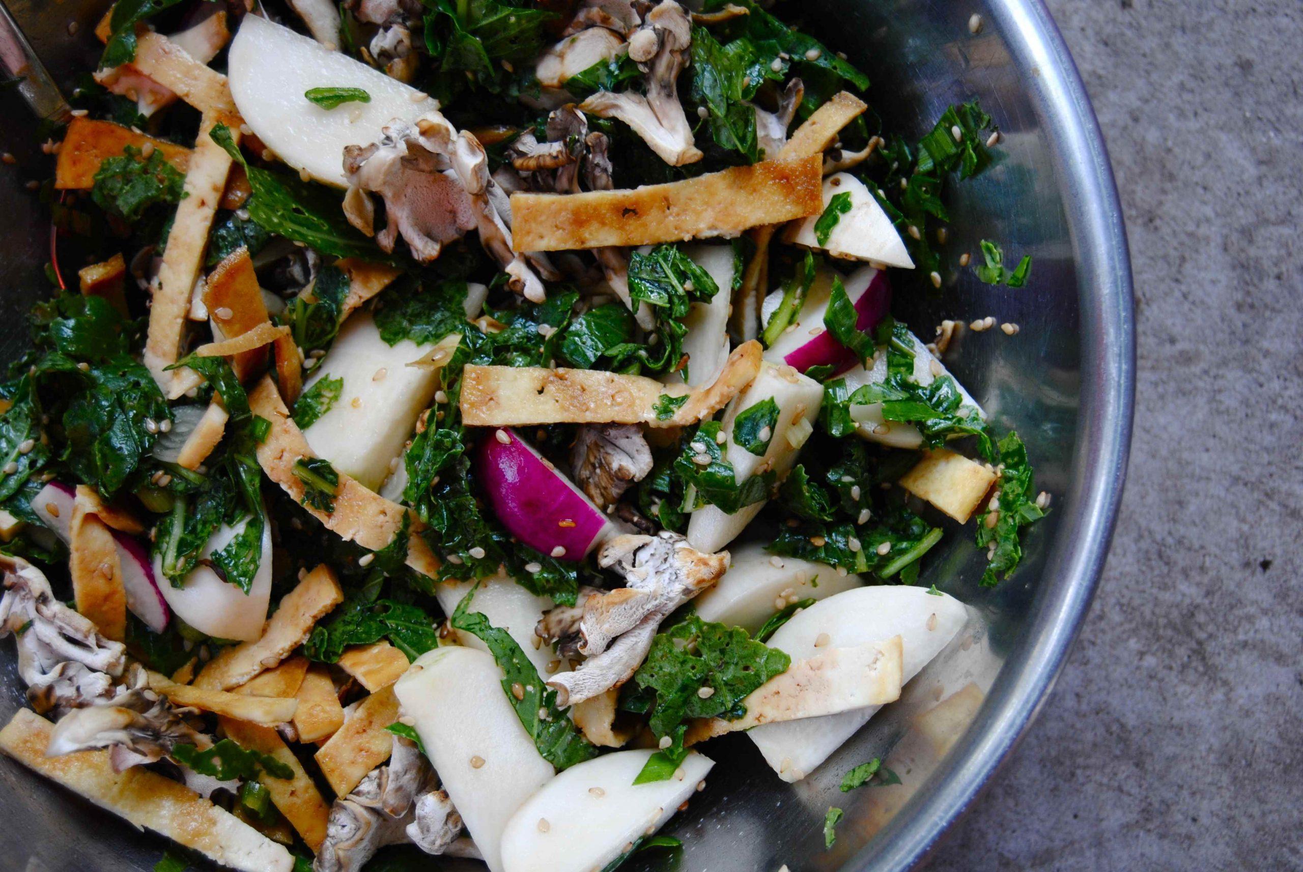 Salade asiatique de petits navets et leurs feuilles