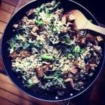 Bouillon de livèche, asperges, ortie, patates, edamames, ciboulette à l'ail et oseille