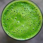 Smoothie vert: coriandre, persil, banane et curcuma